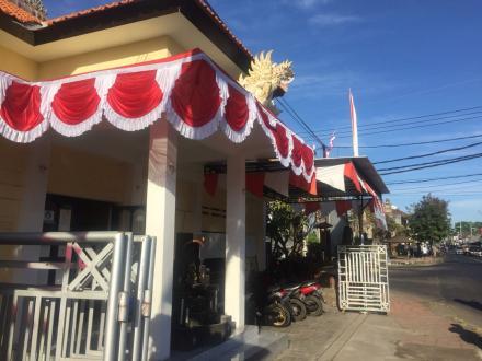 Pemasangan Umbul-umbul dan Bendera Merah Putih di Kantor Perbekel Kubutambahan