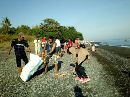 Gotong Royong Pantai Pura Dalem Puri